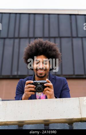 Gerne stilvolle Mann an einer Kamera suchen - Stockfoto