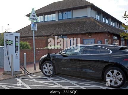 Elektrische Ladestation für Jaguar Elektroauto, Autobahnraststätte, England, Großbritannien - Stockfoto