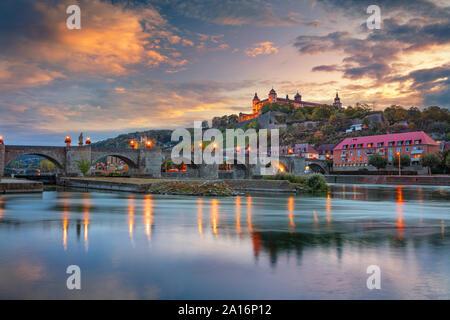 Würzburg, Deutschland. Stadtbild Bild von Würzburg mit alten Main Brücke über den Main und die Festung Marienberg während der schönen Herbst Sonnenuntergang