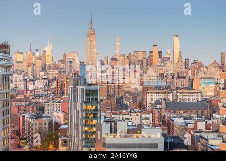 New York City, USA Midtown Manhattan Skyline in der Dämmerung. - Stockfoto