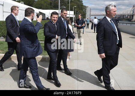 New York City, USA. 24 Sep, 2019. NEW YORK CITY, USA - 24. SEPTEMBER 2019: Präsident der Ukraine Volodymyr Zelensky (C) Besuche das Hauptquartier der Vereinten Nationen in Manhattan während der 74. Tagung der Generalversammlung der Vereinten Nationen. Valery Sharifulin/TASS Credit: ITAR-TASS News Agentur/Alamy leben Nachrichten - Stockfoto