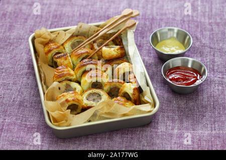 Hausgemachte Wurst, Brötchen, britische herzhaftes Gebäck Snack - Stockfoto