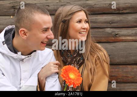 Junge glücklich verliebten fröhlich Paar mit gerbera Spielen auf der Straße der alten Stadt - Stockfoto