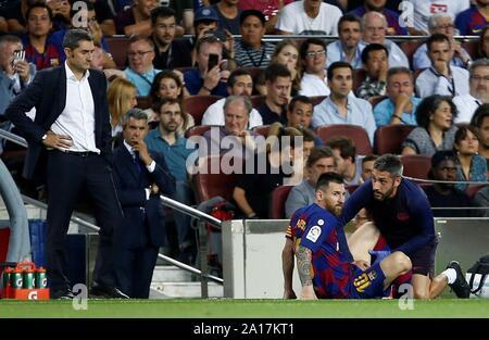 Barcelona, Katalonien, Spanien. 24 Sep, 2019. FC Barcelona mit der Leo Messi erhält die medizinische Behandlung während der spanischen LaLiga Match zwischen dem FC Barcelona und Villarreal CF im Camp Nou Stadion in Barcelona, Katalonien, Spanien, 24. September 2019. EFE/Quique Garcia