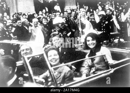 Die Kennedys und die connallys in der Presidential Limousine kurz vor dem Attentat in Dallas. Präsident John F. Kennedy motorcade, Dallas, Texas, Freitag, 22. November 1963. Bild von Victor Hugo König - Stockfoto