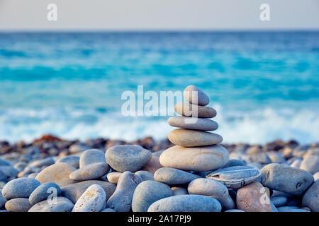 Zen ausgeglichen Steine stapeln auf Strand - Stockfoto