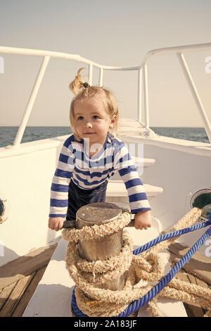 Funny kid in gestreiften marine Shirt. Kleine sailor auf der Boot. Sommer Urlaub. Kindheit Glück. Reise der Entdeckung. Transport. Gerne kleine Junge auf Yachtcharter Reise. Meer Reise. Reise-Konzept. - Stockfoto