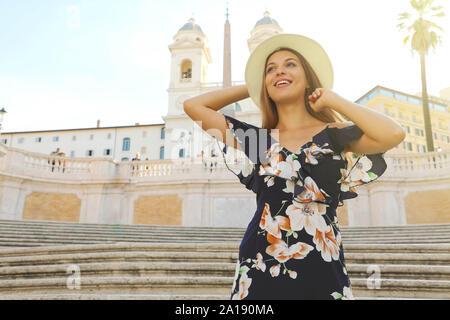 Reisen in Italien. Schöne junge Frau auf der Spanischen Treppe Wahrzeichen Roms. Sommer Urlaub in Europa. - Stockfoto