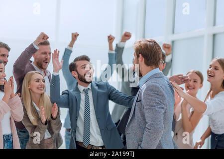 Freundliche Mitarbeiter gratulieren. Ein Kollege auf die Förderung - Stockfoto