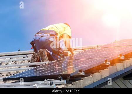 Installation von Solar photovoltaik Panel System. Solar Panel Techniker die Installation von Sonnenkollektoren auf dem Dach. Alternative Energie ökologische Konzept. - Stockfoto