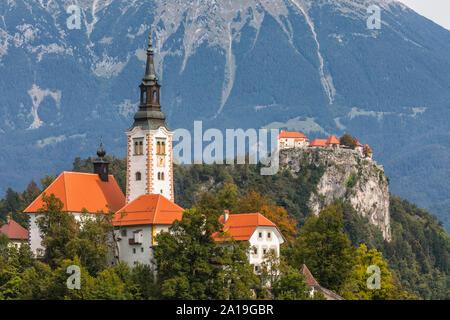 Der See Bled, Slowenien. St. Marys Kirche der Himmelfahrt und casltle auf der Klippe - Stockfoto