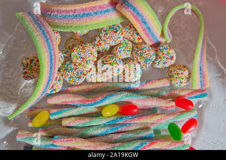 Bunte Gummibärchen Bonbons Muster auf weißem Hintergrund. . Einhorn Rainbow candy stripes Hintergrund schliessen. Zucker Streuseln. Runde farbige Candy - Stockfoto