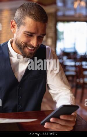 Junge Mann in einem Cafe