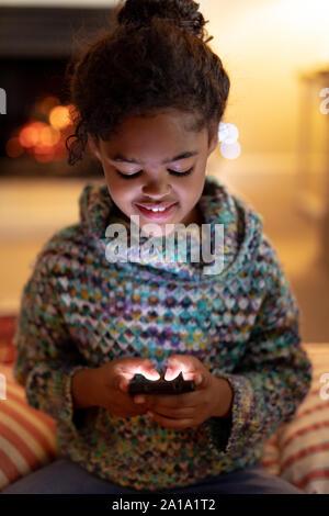 Mädchen zu Hause an Weihnachten - Stockfoto