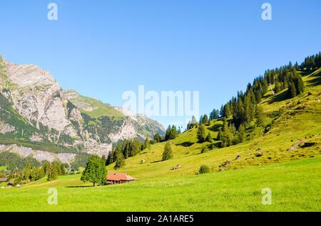 Wunderschöne alpine Landschaft in der Nähe von Kandersteg in der Schweiz im Sommer Saison gefangen. Grüne Wiesen, felsigen Hügeln. Schweizer Alpen, Felsen und Berge. Weg zum Oeschinensee See. - Stockfoto