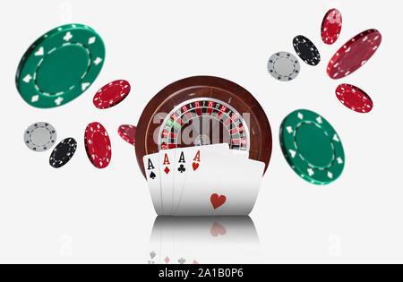Nahaufnahme von vier Asse stehen vor einem braunen Roulette und Chips, die auseinander fliegen, auf weißem Hintergrund. Spielende Unterhaltung. - Stockfoto