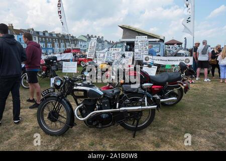 AJS und Triumph Motorräder im Angebot Classic Motor Show auf Walmer Grün durch den Strand, Deal, Kent, Großbritannien - Stockfoto