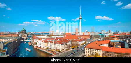 Panoramablick Luftaufnahme des Berliner an einem hellen Tag im Herbst mit blauem Himmel, einschließlich Spree und Alexanderplatz. - Stockfoto