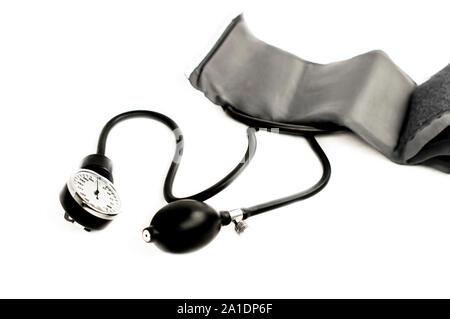 Blutdruck-Messgerät auf weißem Hintergrund - Stockfoto