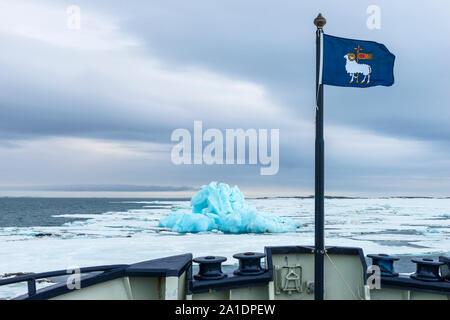 Flagge von Gotland, Blau Eisberg in Hinlopen Strait, Spitzbergen, Svalbard, Norwegen driften - Stockfoto