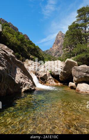 Capu Casconi und das Vallée de Cocktail Bar/Cocktail Bar Tal mit Wasserfall und natürlichen Swimmingpool Spelunca Schlucht/Gorges de Spelunca, Ota Korsika Frankreich - Stockfoto