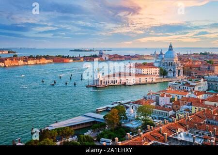 Blick auf die Lagune von Venedig und Santa Maria della Salute Kirche. Venedig, Italien