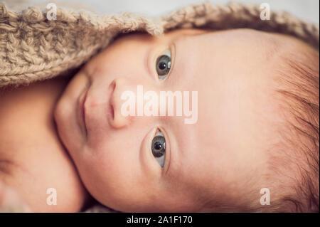Neugeborenes Baby boy in eine gestrickte Decke gewickelt. - Stockfoto