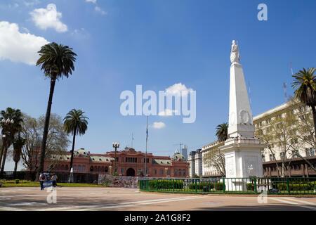 BUENOS AIRES - 13.SEPTEMBER: Die Plaza de Mayo (Englisch: Square) ist der Hauptplatz in Buenos Aires, Argentinien. Im Hintergrund, die Casa Rosada (Rosa - Stockfoto