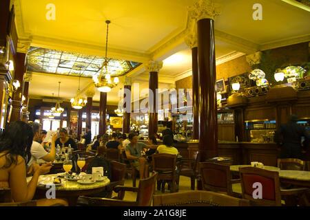 BUENOS AIRES - 13.SEPTEMBER: In Cafe Tortoni am 13. September 2012. Auf der Avenue des Mai gelegen, befindet sich das Cafe Tortoni, mit über 150 Jahren Geschichte, ist - Stockfoto