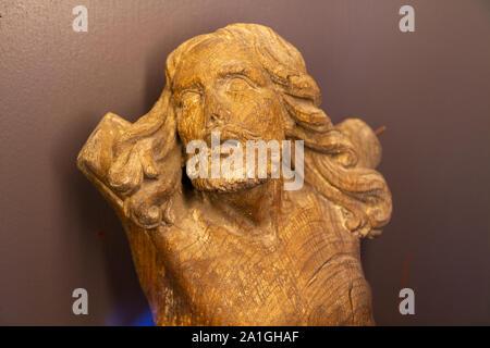 Eine gebrochene hölzerne Statue von Jesus Christus in das Museum der Nekropole von Notre-Dame-de-Lorette - ein Denkmal der WK I (1914-1918). - Stockfoto