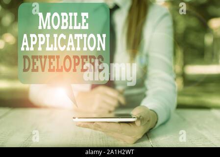 Schreiben Hinweis Übersicht Entwickler mobiler Anwendungen. Business Konzept für erstellen Software für Geräte wie App store Weibliche business Person sitzend durch - Stockfoto