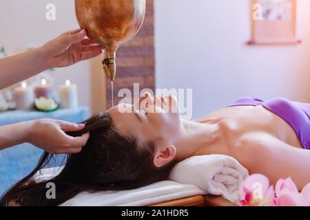 Frau genießen eine Ayurveda öl Massage im Spa. - Stockfoto
