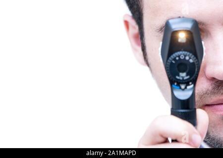 Auge Prüfung. Augenarzt durch einen Ophthalmoscope, Auge des Patienten zu untersuchen. - Stockfoto