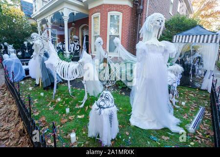In den USA ist Halloween am 31. Oktober; Aktivitäten gehören Trick-or-Treaten, Kostüm Parteien, schnitzen Kürbisse und Horrorfilme. - Stockfoto