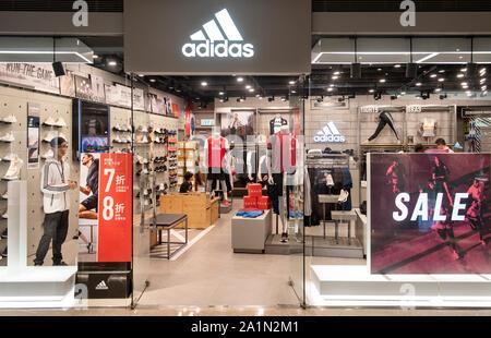 Deutsche multinationale Sportswear store und Logo Adidas in Hongkong gesehen. - Stockfoto