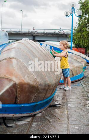 Der Junge sieht Im Blue Bay mit vietnamesischen Boat - Stockfoto