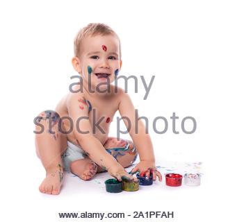 Portrait von Little Baby Junge spielt mit Fingerfarben isoliert auf weißem Hintergrund - Stockfoto