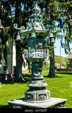 Weihrauchgefäß in Garten von 80 King Street, Northumberland, Pennsylvania - Stockfoto