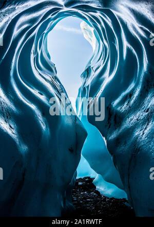 Hohe Torbogen Eingang zu Deep Blue Ice Cave in der Matanuska Gletscher in Alaska.
