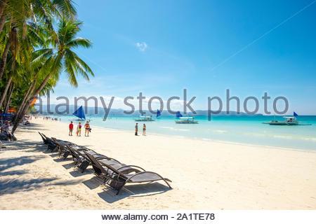 Liegestühle am White Beach, Boracay Island, Aklan Provinz Western Visayas, Philippinen - Stockfoto