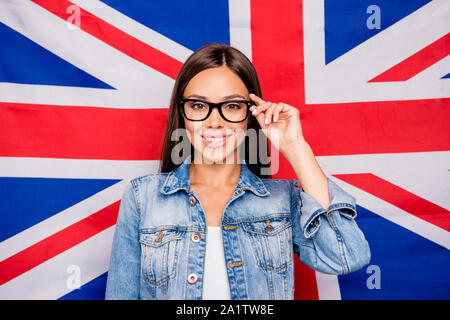 Portrait von Niedlich süß schönen geraden Haaren lächelte zuversichtlich - Stockfoto