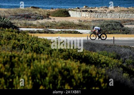 Cascais, Portugal. 29 Sep, 2019. Ein Athlet konkurriert in der Bike Bein während des Ironman 70.3 in Cascais, Portugal am 29. September 2019. Ironman 70.3 gehört zu einer Reihe von lange Distanz triathlon Rennen, mit einem Gesamtbetrag von 70,3 Meilen (113,0 km), 1,9 km Schwimmen, 90 km Radfahren und einen Halbmarathon (21,1 km) laufen. Credit: Pedro Fiuza/ZUMA Draht/Alamy leben Nachrichten - Stockfoto