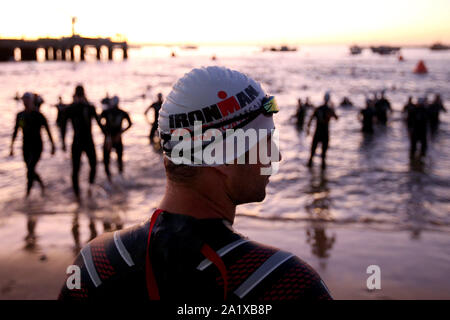 Cascais, Portugal. 29 Sep, 2019. Athleten Aufwärmen für das Bein während des Ironman 70.3 in Cascais, Portugal am 29 September, 2019 schwimmen. Ironman 70.3 gehört zu einer Reihe von lange Distanz triathlon Rennen, mit einem Gesamtbetrag von 70,3 Meilen (113,0 km), 1,9 km Schwimmen, 90 km Radfahren und einen Halbmarathon (21,1 km) laufen. Credit: Pedro Fiuza/ZUMA Draht/Alamy leben Nachrichten - Stockfoto