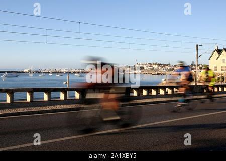 Cascais, Portugal. 29 Sep, 2019. Athleten konkurrieren in den Bike Bein während des Ironman 70.3 in Cascais, Portugal am 29. September 2019. Ironman 70.3 gehört zu einer Reihe von lange Distanz triathlon Rennen, mit einem Gesamtbetrag von 70,3 Meilen (113,0 km), 1,9 km Schwimmen, 90 km Radfahren und einen Halbmarathon (21,1 km) laufen. Credit: Pedro Fiuza/ZUMA Draht/Alamy leben Nachrichten - Stockfoto