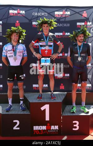 Cascais, Portugal. 29 Sep, 2019. Dylan Magnien von Frankreich (L) den 2. Platz, Sieger Javier Gomez Noya Spanien (C) und Filipe Azevedo von Portugal (R) Platz 3, stand auf dem Podium beim 70.3 IRONMAN in Cascais, Portugal am 29. September 2019. Ironman 70.3 gehört zu einer Reihe von lange Distanz triathlon Rennen, mit einem Gesamtbetrag von 70,3 Meilen (113,0 km), 1,9 km Schwimmen, 90 km Radfahren und einen Halbmarathon (21,1 km) laufen. Credit: Pedro Fiuza/ZUMA Draht/Alamy leben Nachrichten - Stockfoto