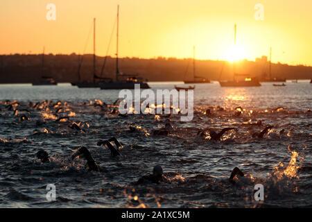 Cascais, Portugal. 29 Sep, 2019. Athleten konkurrieren im Schwimmen Bein während des Ironman 70.3 in Cascais, Portugal am 29. September 2019. Ironman 70.3 gehört zu einer Reihe von lange Distanz triathlon Rennen, mit einem Gesamtbetrag von 70,3 Meilen (113,0 km), 1,9 km Schwimmen, 90 km Radfahren und einen Halbmarathon (21,1 km) laufen. Credit: Pedro Fiuza/ZUMA Draht/Alamy leben Nachrichten - Stockfoto