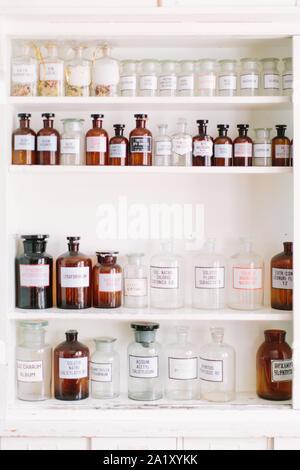 Vintage stilvollen Glasflaschen mit pharmazeutischen Wirkstoffen auf dem Regal in Alte Apotheke - Stockfoto