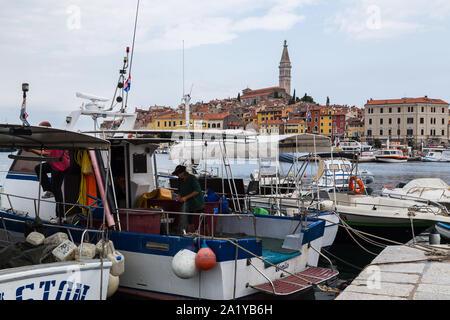 Fischer auf der Rückseite Ihrer Yacht ihre Netze für den nächsten Morgen - in Rovinj im September 2019 gesehen Sortierung. - Stockfoto