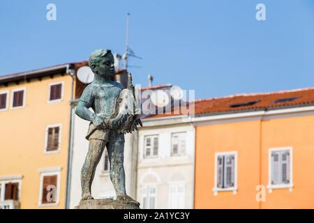 Großer Brunnen eines Jungen mit einem Fisch dargestellt in Rovinj (Kroatien) im September 2019. Dubrovnik geboren Bildhauer Marjan Kocković erstellt der Brunnen - Stockfoto