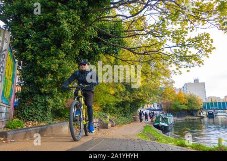 Pendler Zyklen entlang Leinpfad auf London Canal - Stockfoto